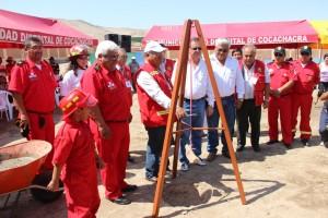 Alcalde de Cocachacra Abel Suarez Ramos colocando la primera piedra